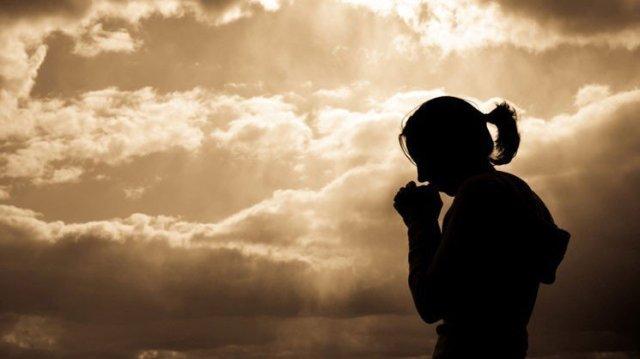 387767459-mulher-orando